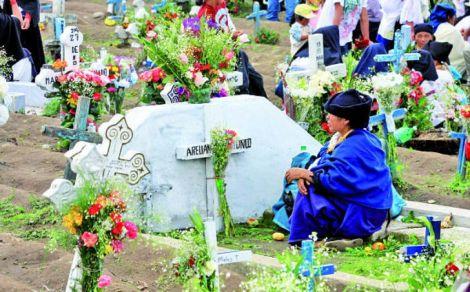 11-IndC3ADgenas-acuden-a-los-cementerios-para-compartir-con-sus-difuntos